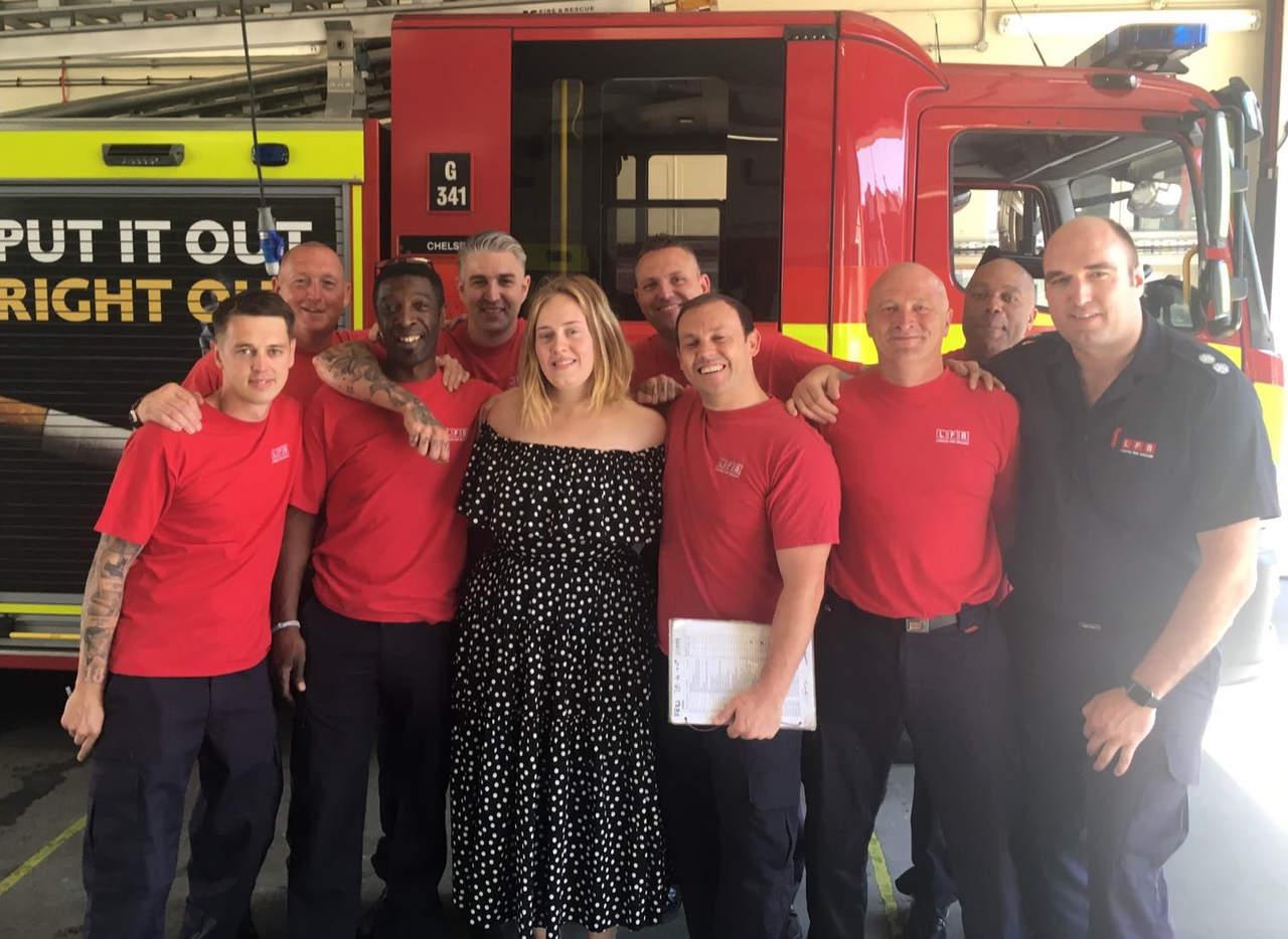 Adele visita a los bomberos tras el incendio en Londres