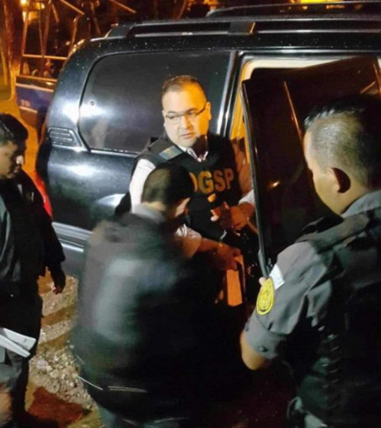 Llega Javier Duarte al hangar de fuerza aérea para extradición