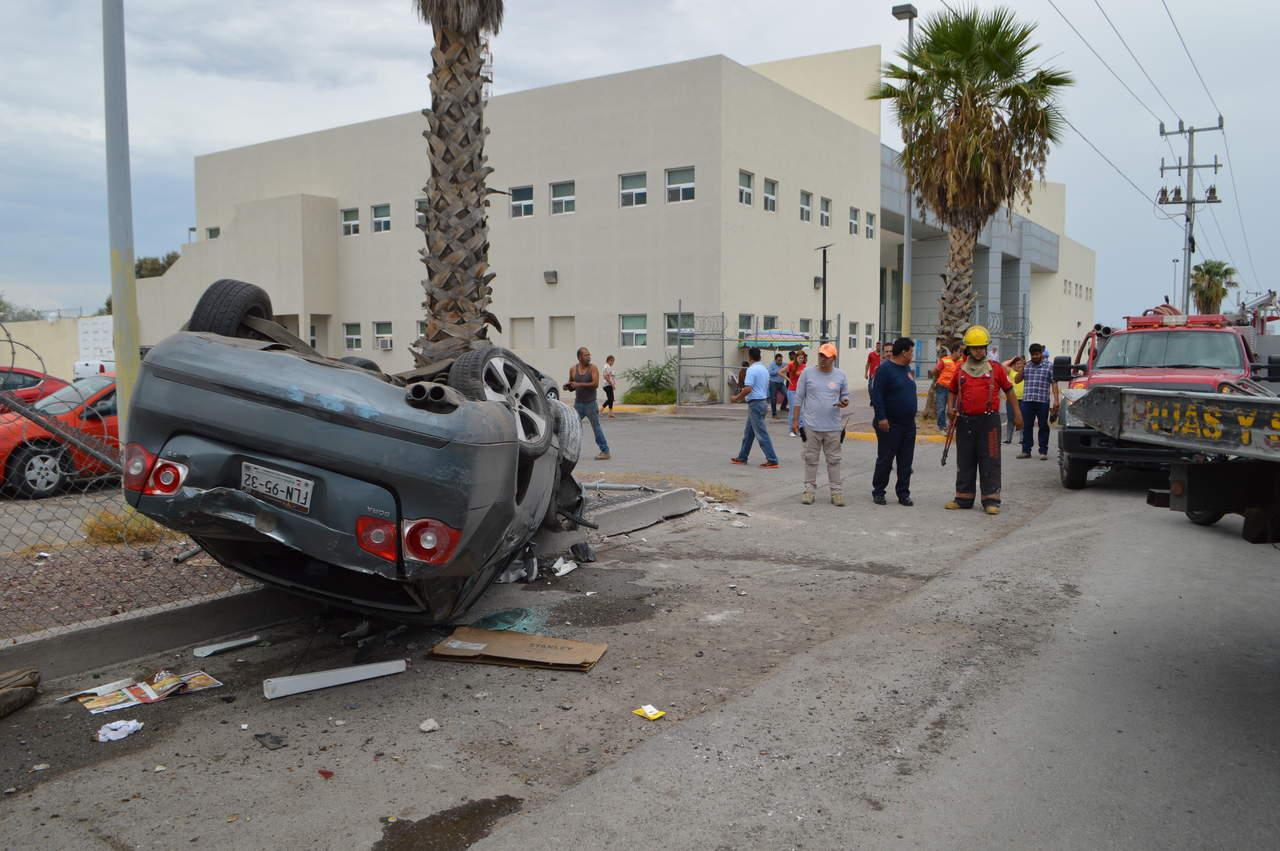 Vuelca vehículo frente a la PGJEC en Torreón