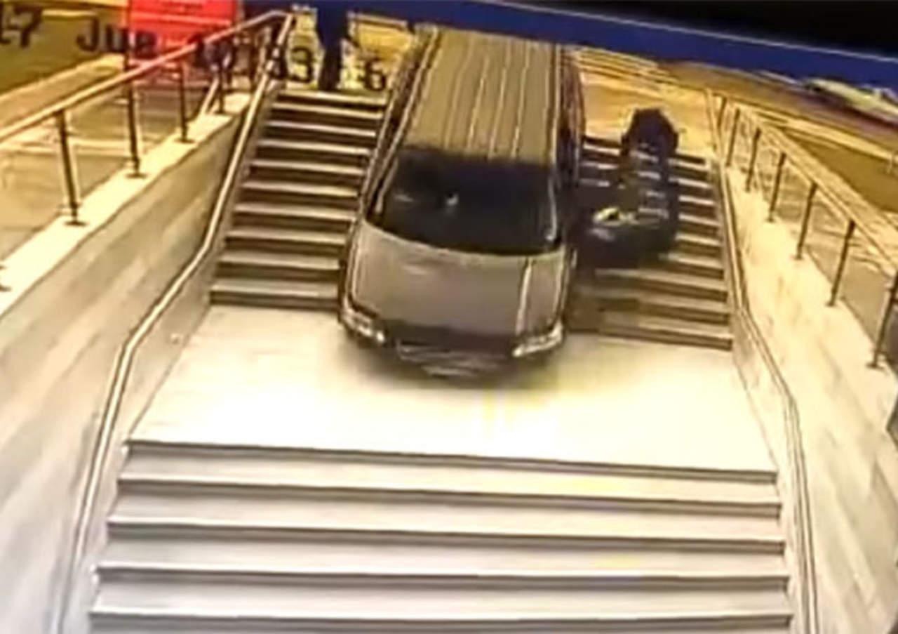 Confunde entrada por estacionamiento y cae por las escaleras