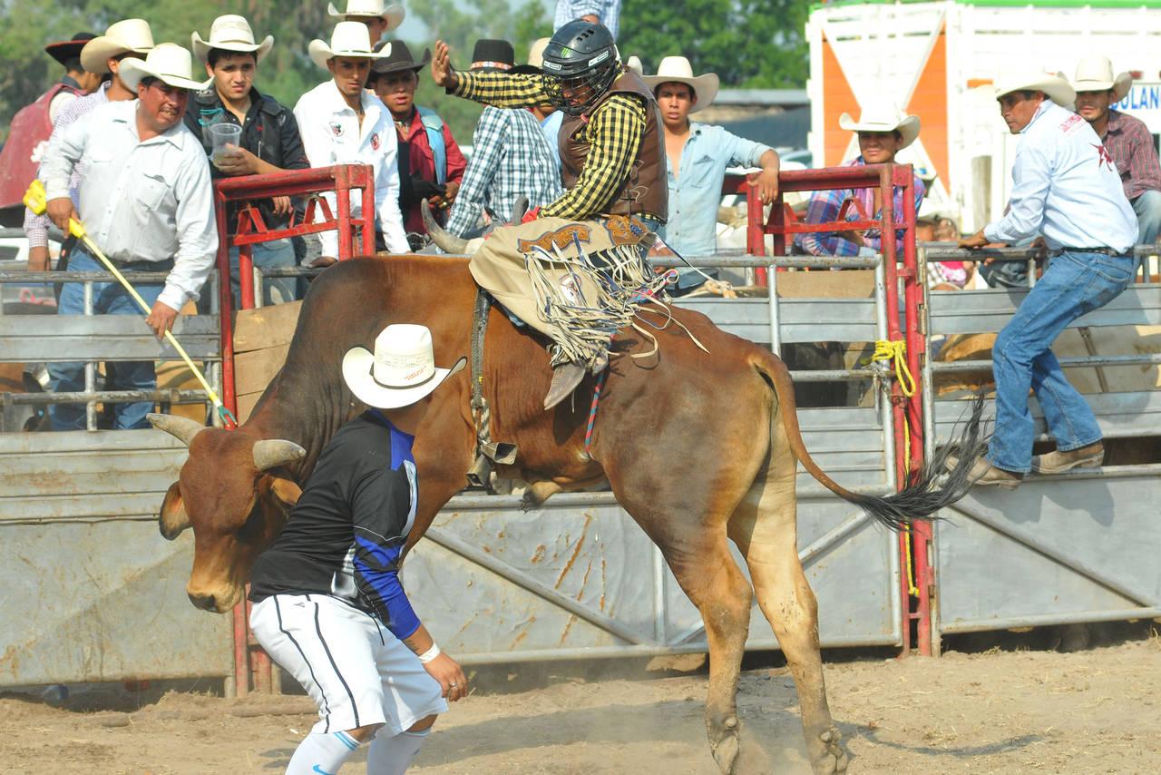 Invitan a rodeo en pro de jinete accidentado