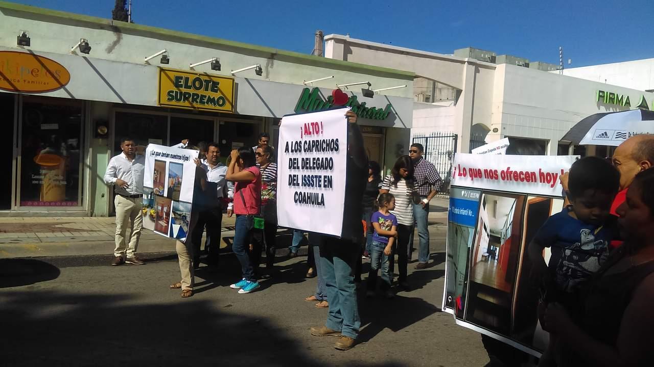 Bloquean calles tras cierre de guardería en Saltillo