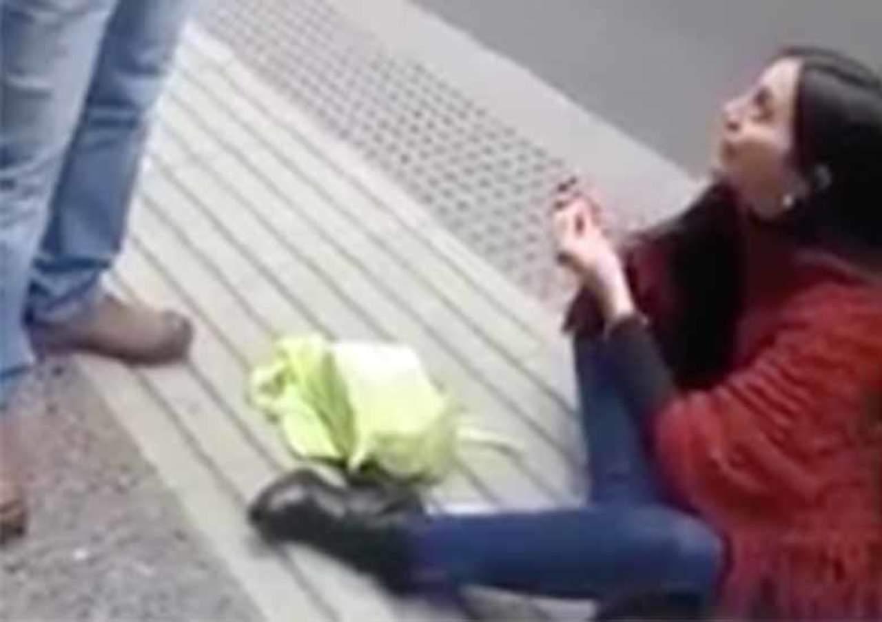 Joven le pide matrimonio a su novio en plena calle