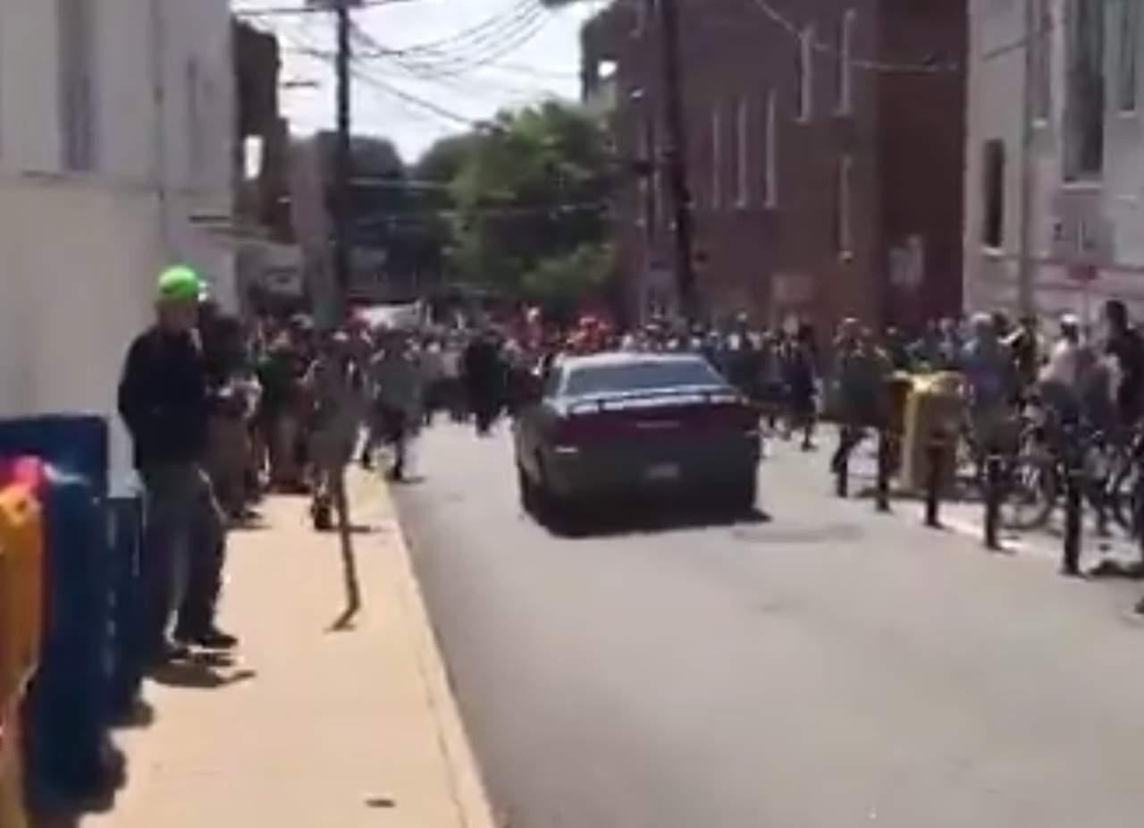 Auto arrolla a un grupo personas en Virginia tras marcha supremacista