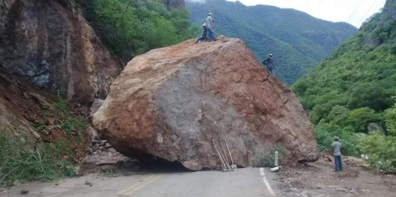 Carretera en Chihuahua es bloqueada por deslave de piedras