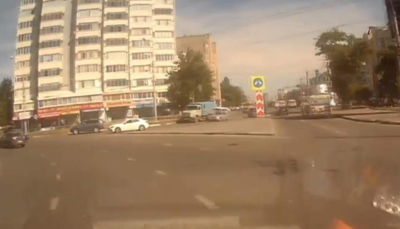Bebé cae al asfalto desde un automóvil en Rusia