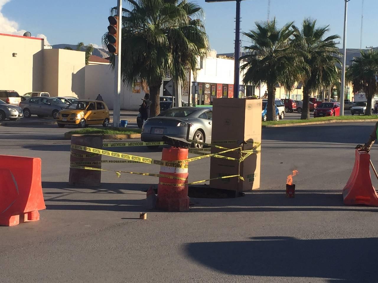 Cae auto en pozo del bulevar Rodríguez Triana
