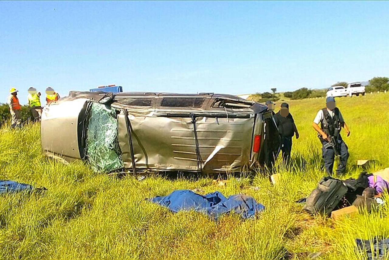 Mueren 3 hombres en volcadura sobre la GP-Durango