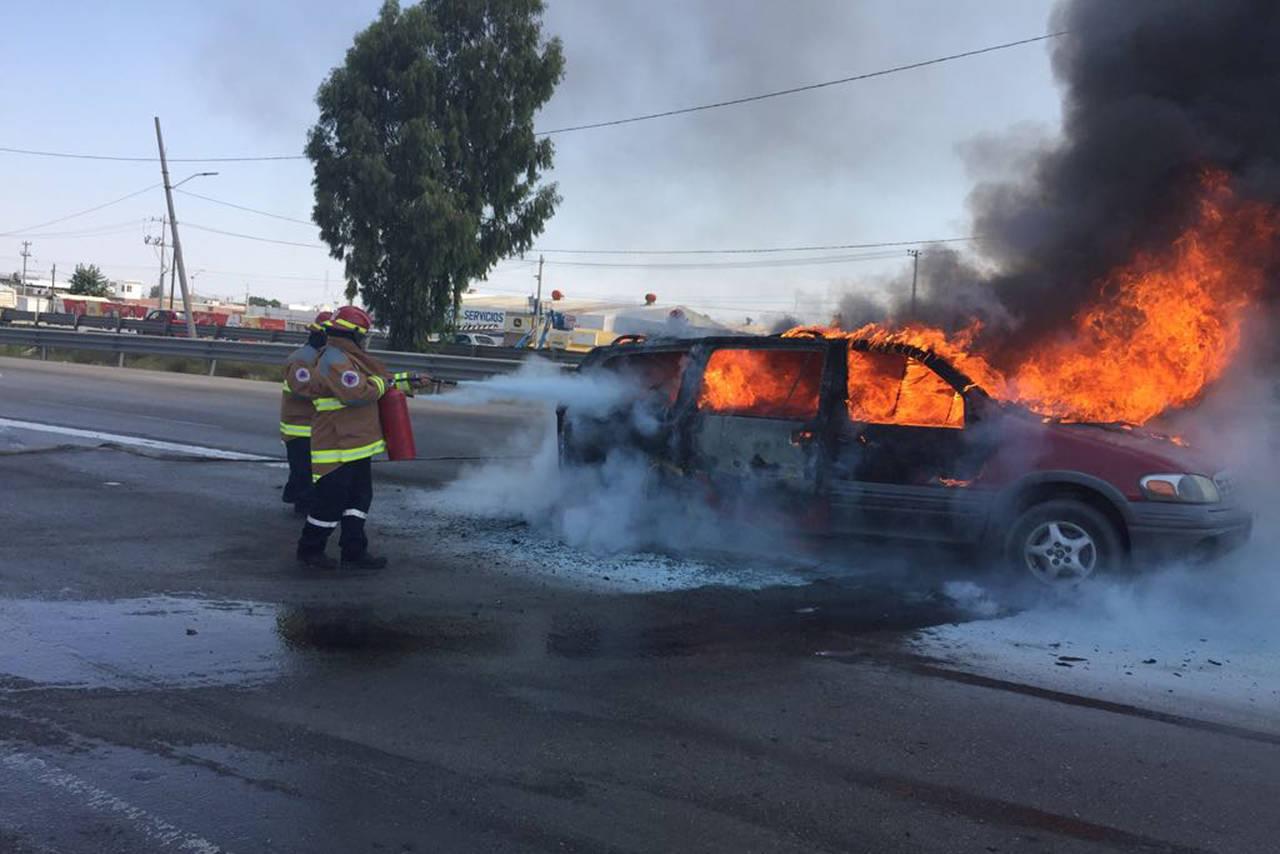Se incendia camioneta en el periférico