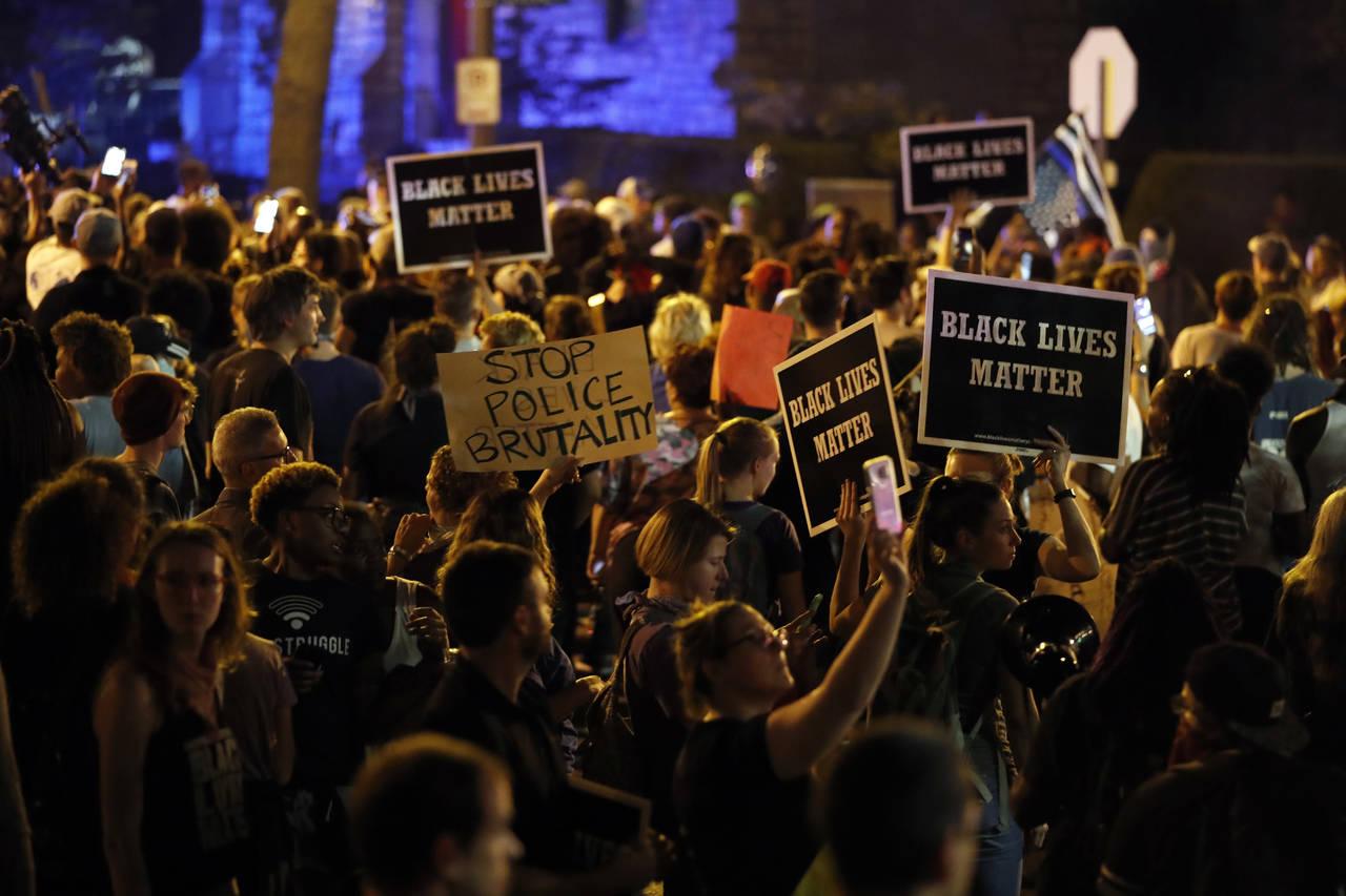 Protestan por exoneración de expolicía blanco