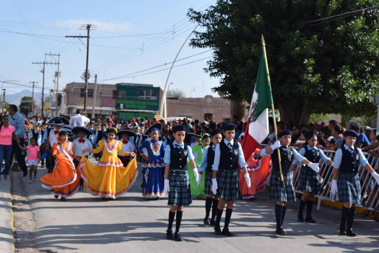 Disfrutan miles de los desfiles