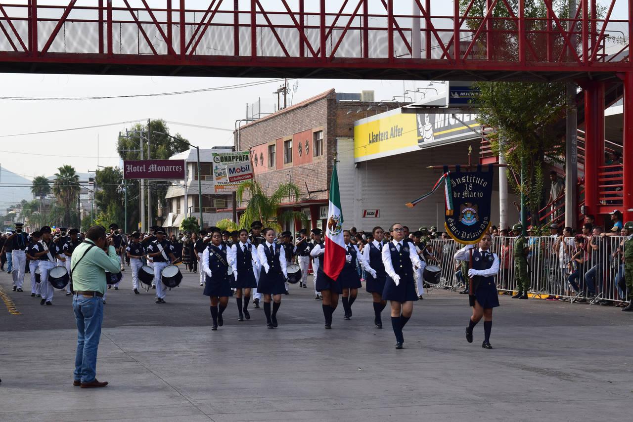 Ciudadanos disfrutan desfile