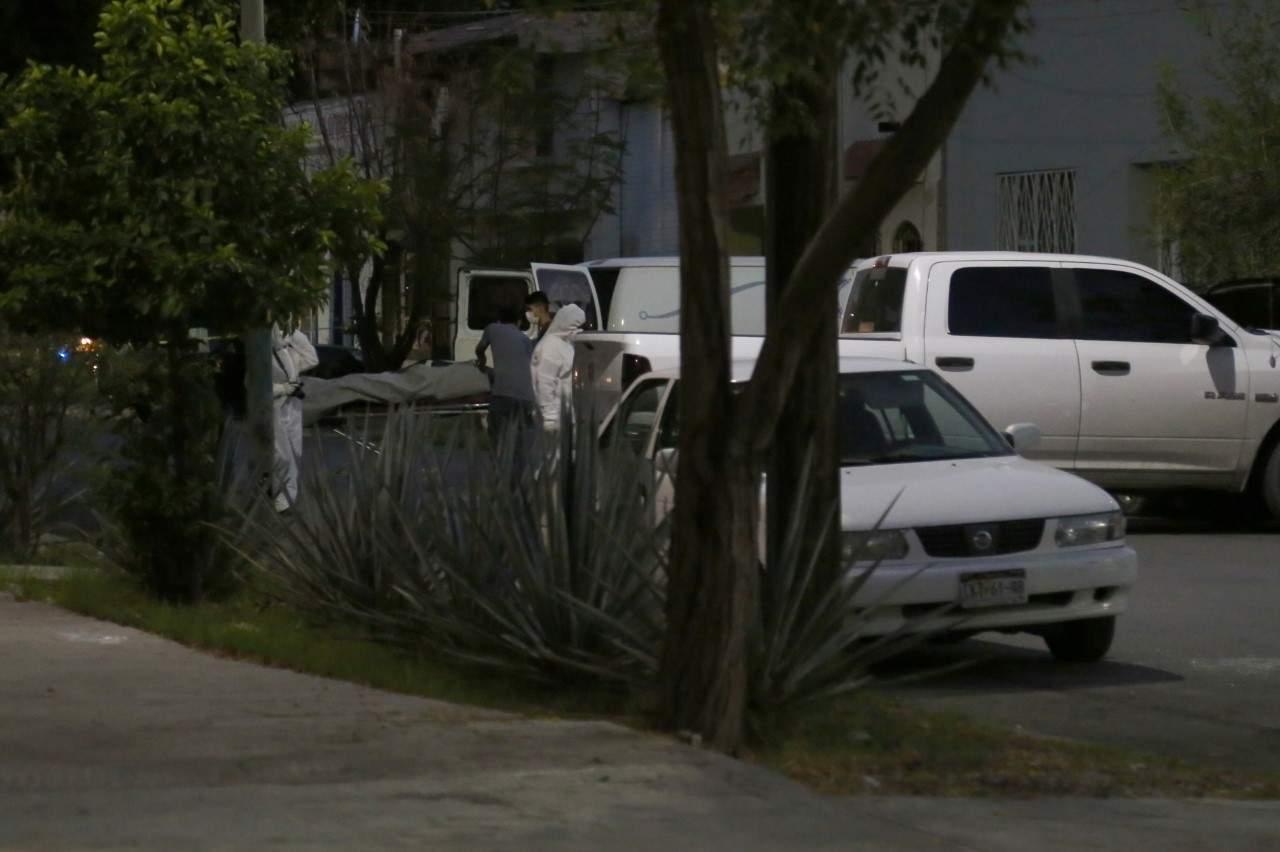Localizan tres cuerpos en descomposición en camioneta en centro de Torreón