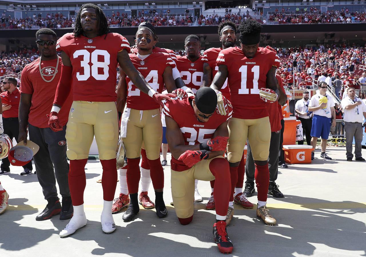 Trump pide despedir a jugadores que se hincan en himno