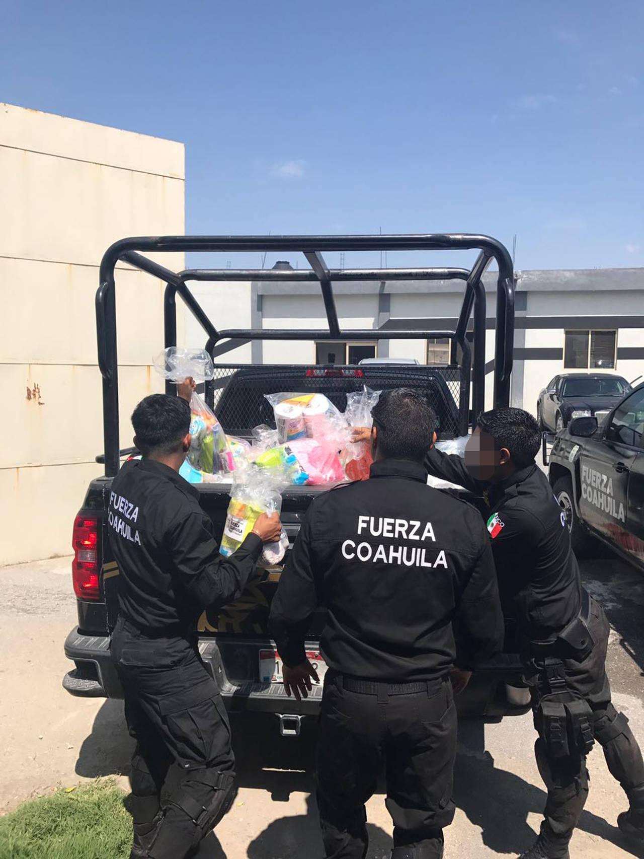 Apoyan policías con víveres para damnificados
