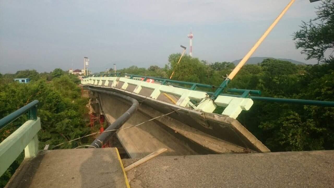Colapsan casas y puente en Oaxaca tras sismo