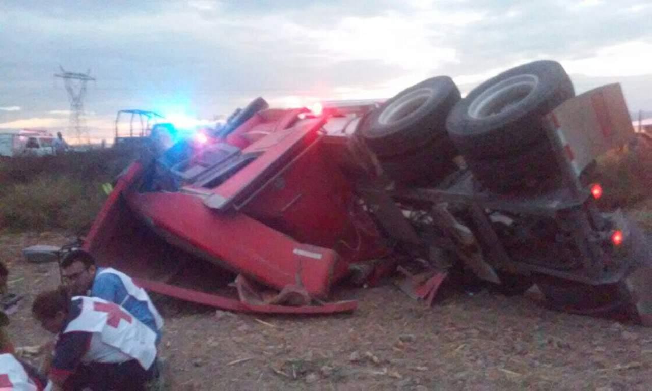 Vuelca tráiler en ejido de Gómez Palacio; conductor queda prensado