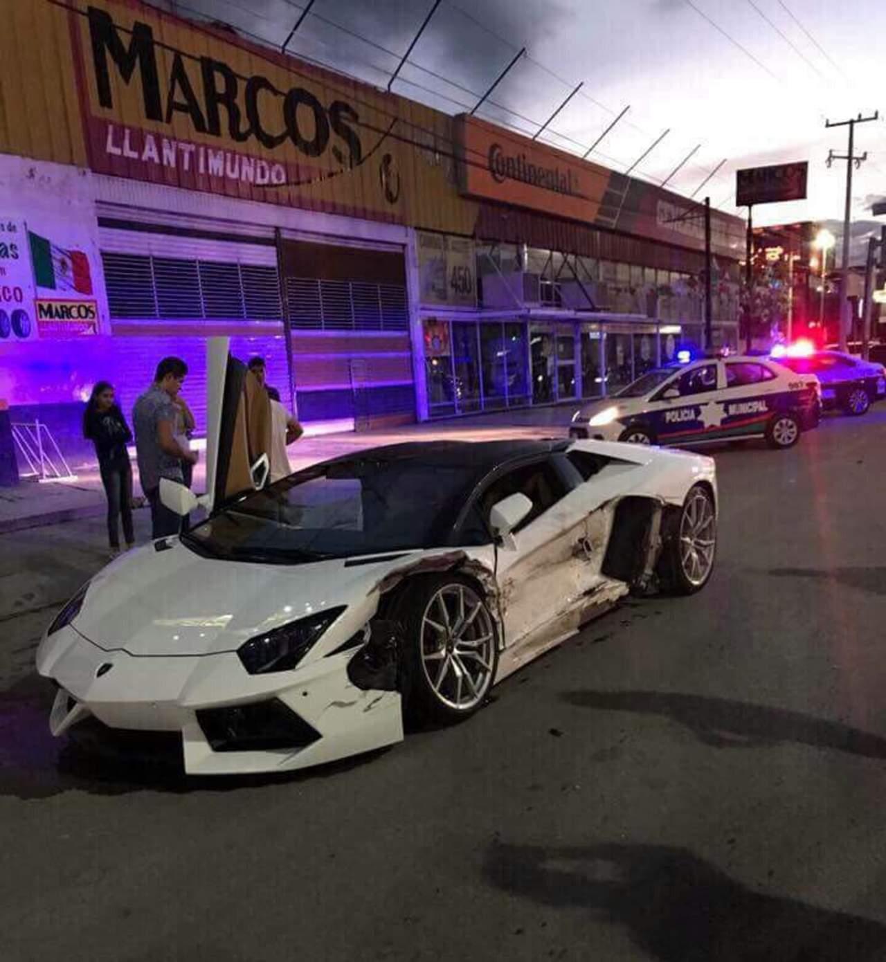 Reportan choque entre un Lamborghini y un taxi en Gómez Palacio