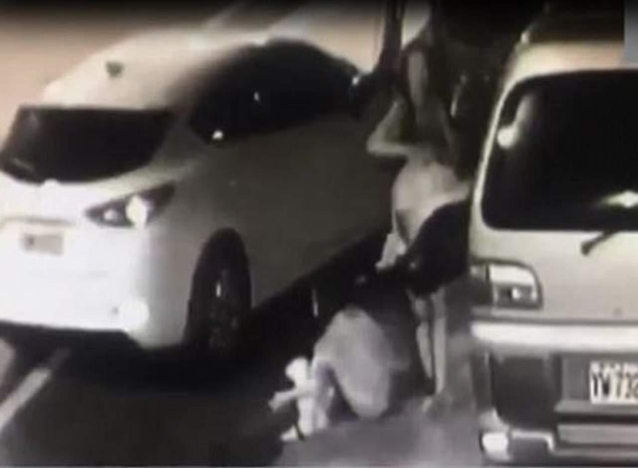 Choca un auto y deja a su bebé encargado