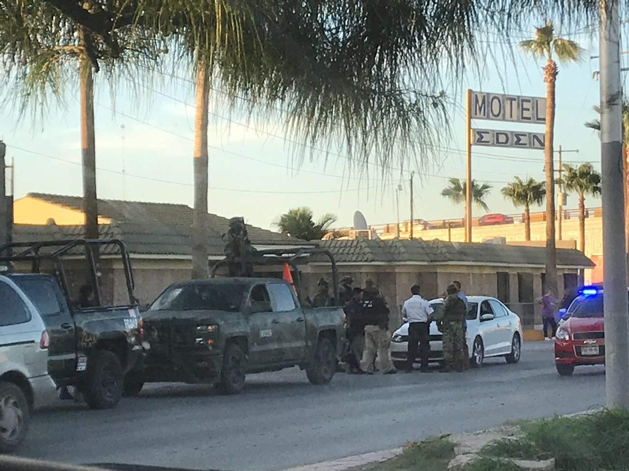 Presunto guardaespaldas encañona a agente vial en Torreón
