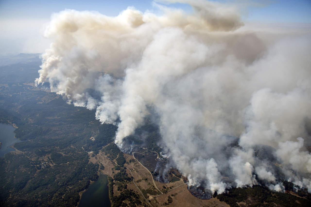 Reportan tres muertos por los incendios en California