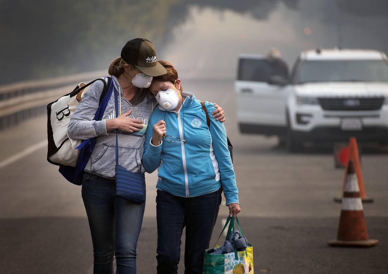 Buscan a sus seres queridos tras incendios