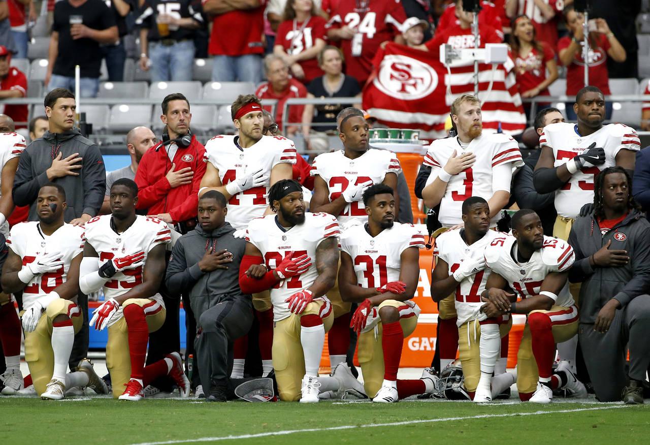 La NFL niega que ordenó a jugadores oír himno de pie