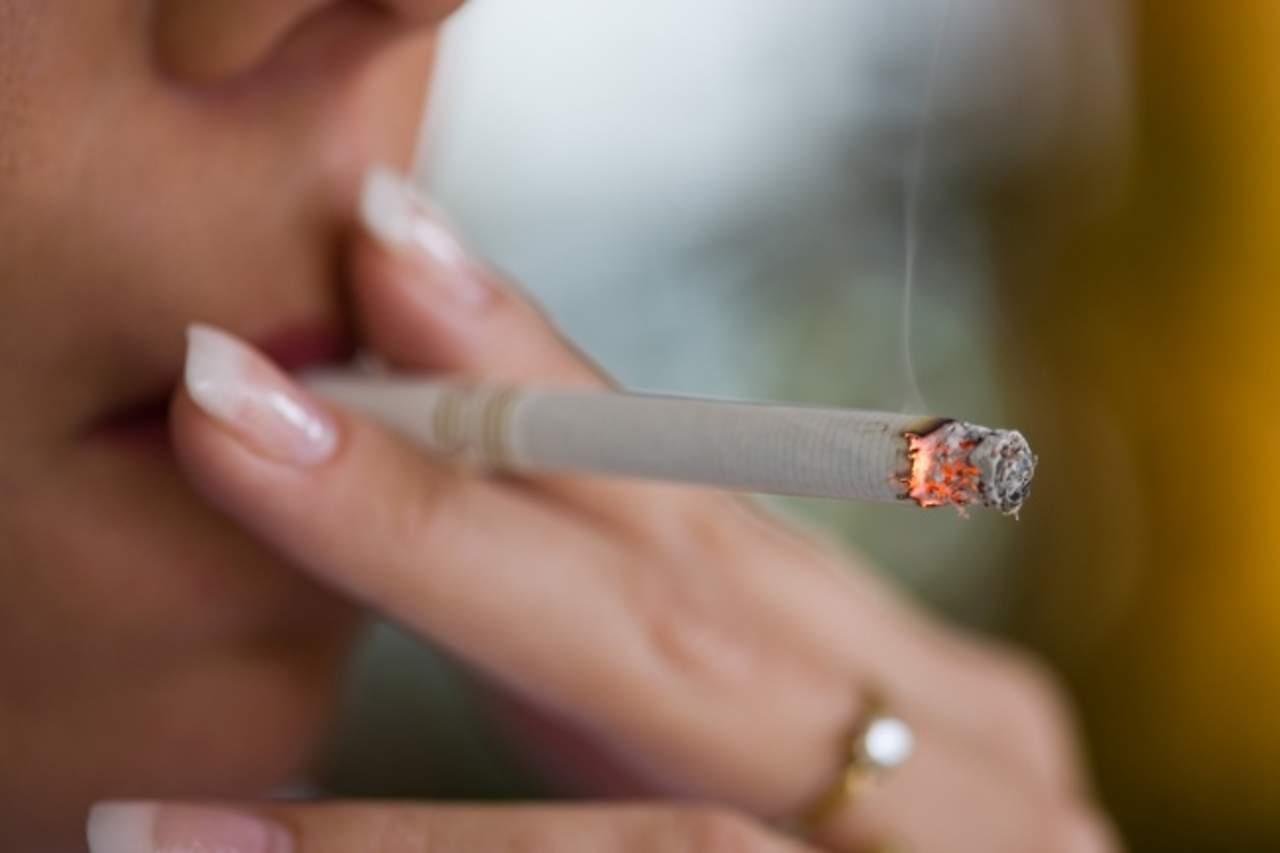 Químicos contenidos en cigarros adelantan menopausia