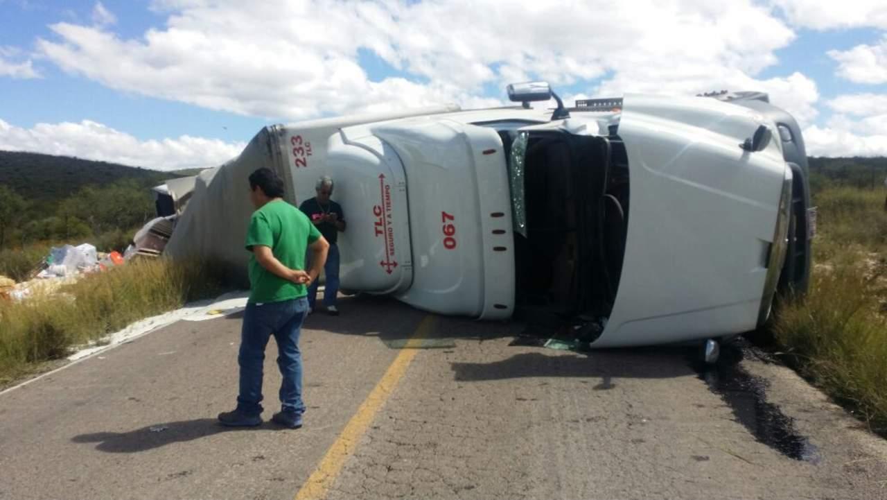 Trailero sufre volcadura en carretera libre a Durango
