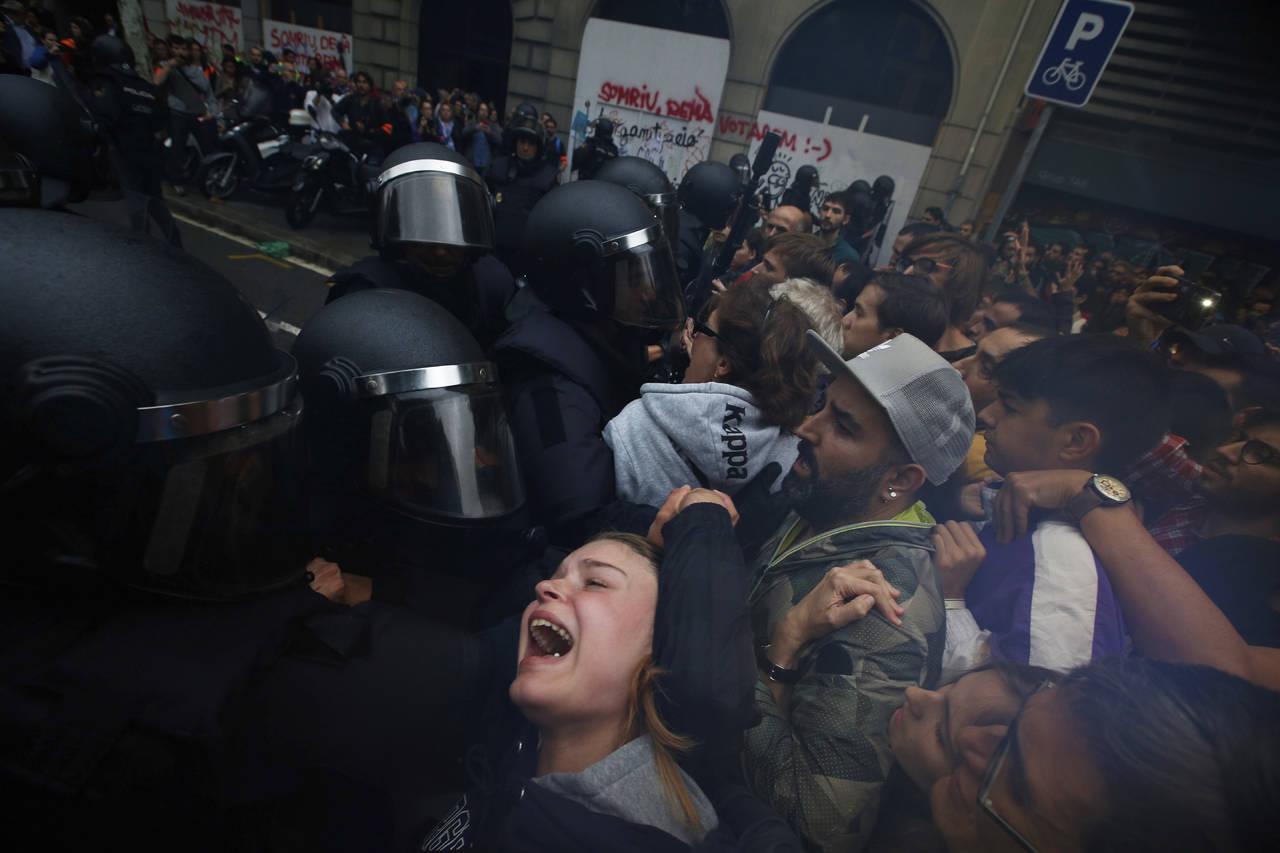 Denuncian a policía española por uso de fuerza excesiva