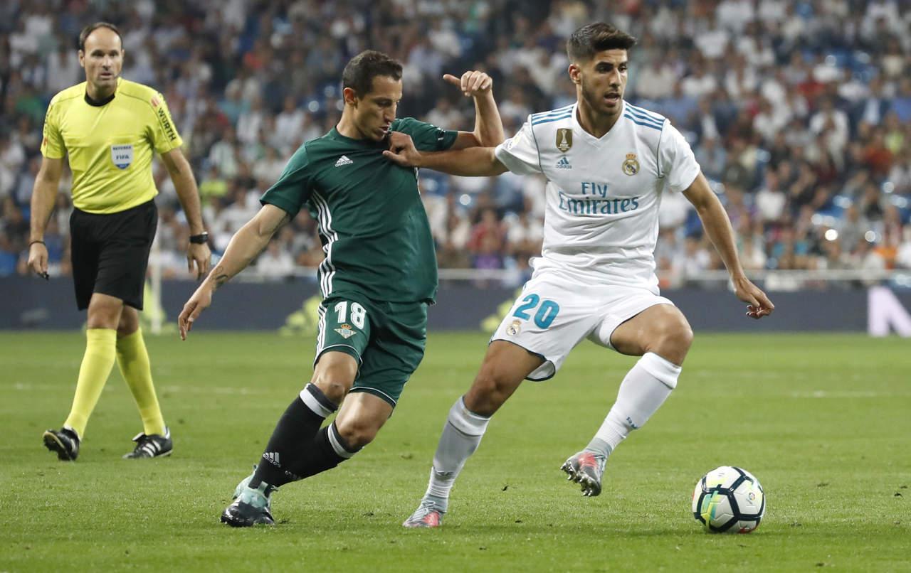 Betis valora a Andrés Guardado en esquema táctico