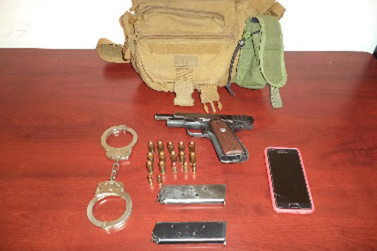 Arrestan a mujer por portación de armas