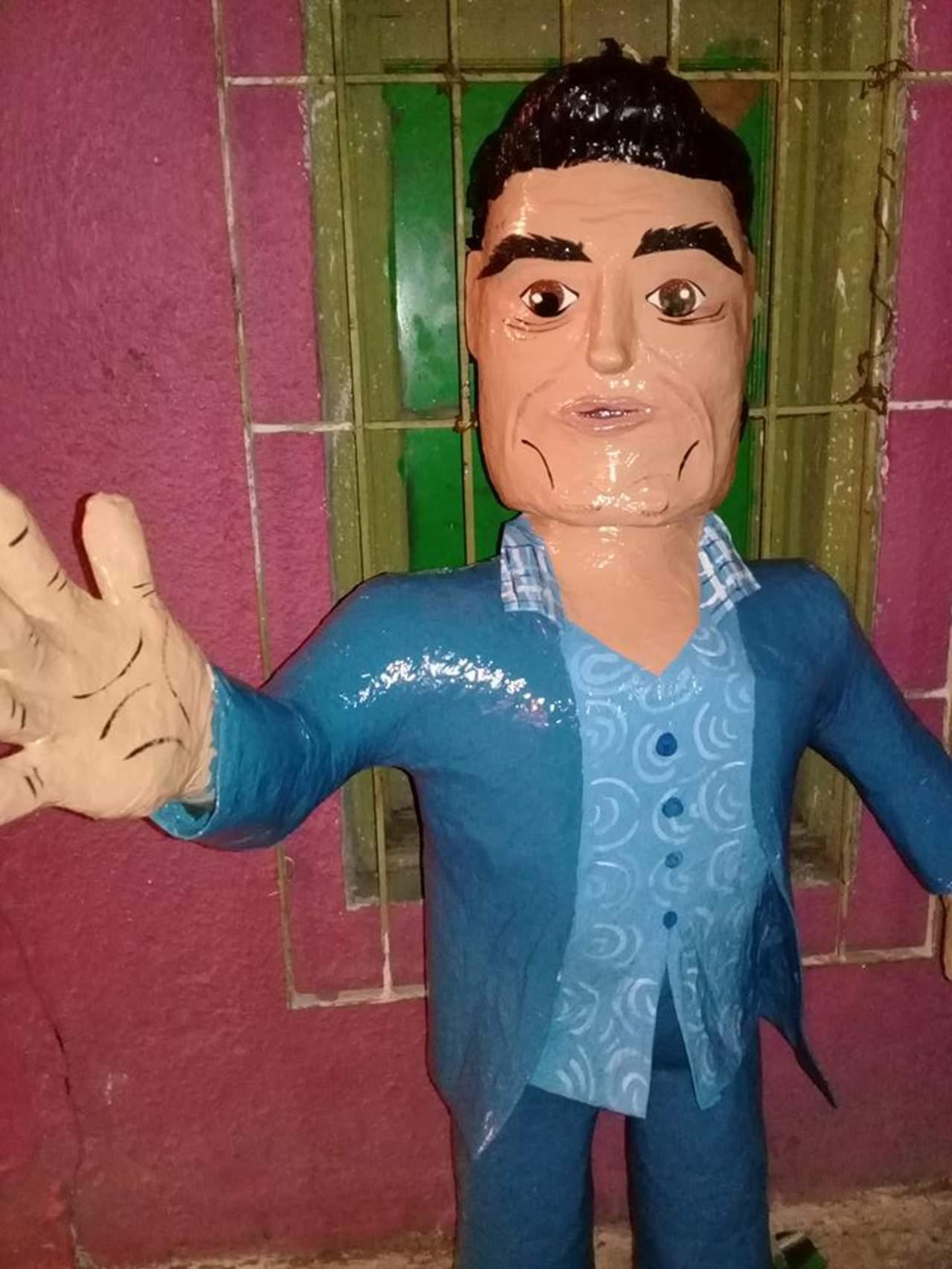 'Inmortalizan' cachetada de Eduardo Yáñez en piñata