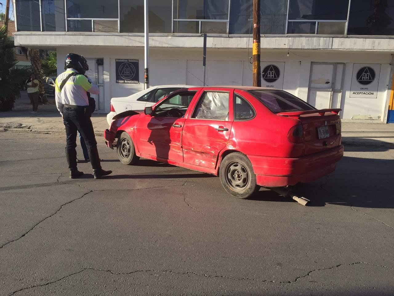 Chocan taxi y vehículo particular en el Centro