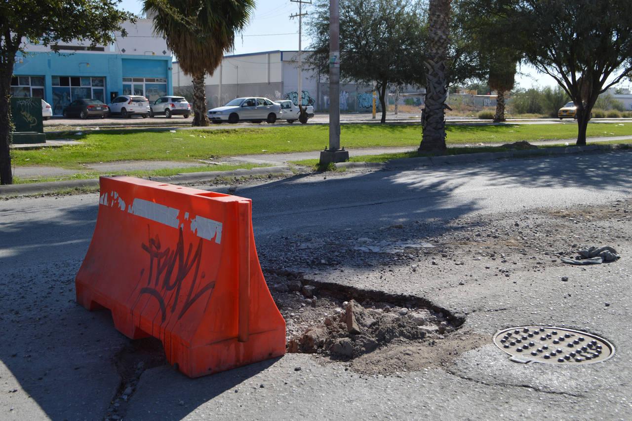 Daños en pavimento provocan accidentes