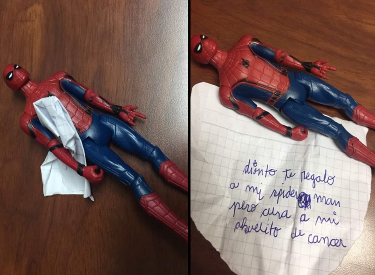 Niño le regala su juguete a Dios y le pide que salve a su abuelito
