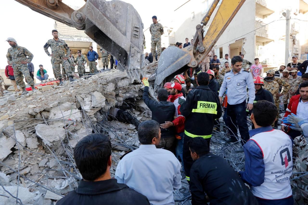 Suman 450 muertos por sismo en Irán