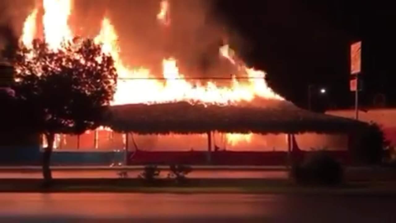 A un día de cerrar puertas, bar en Saltillo se incendia