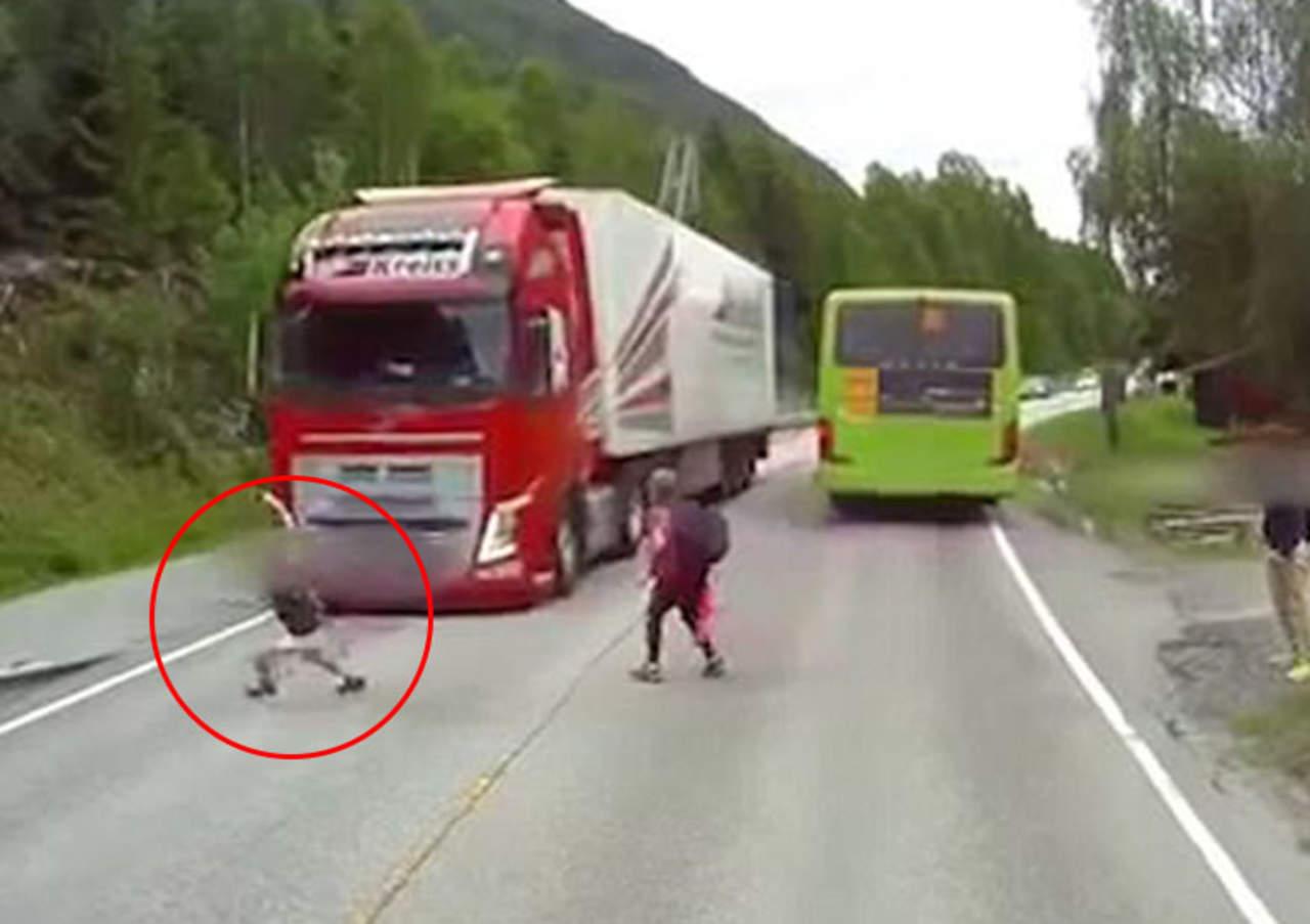 Niño se salva milagrosamente de ser arrollado por un camión