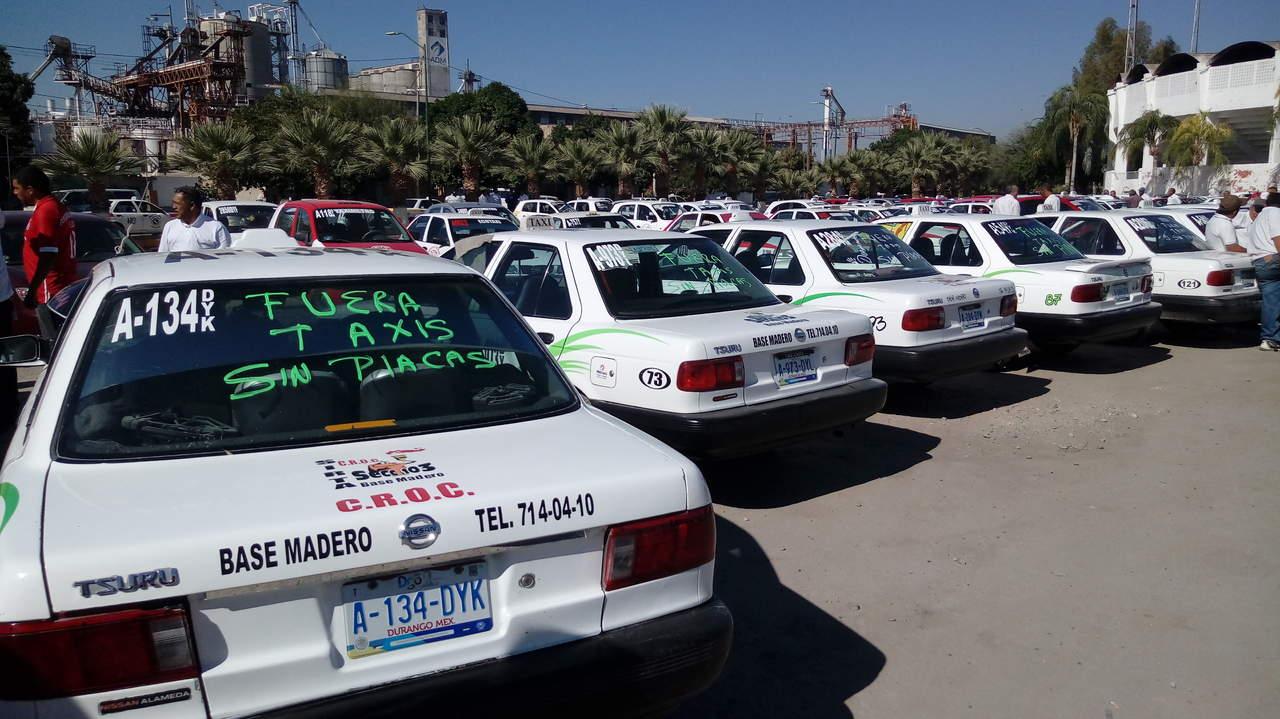 Se movilizan taxistas de Gómez Palacio contra pirataje