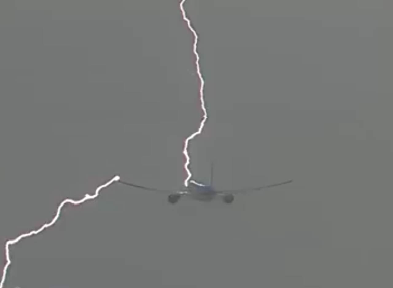 Un avión es alcanzado por un rayo en pleno vuelo