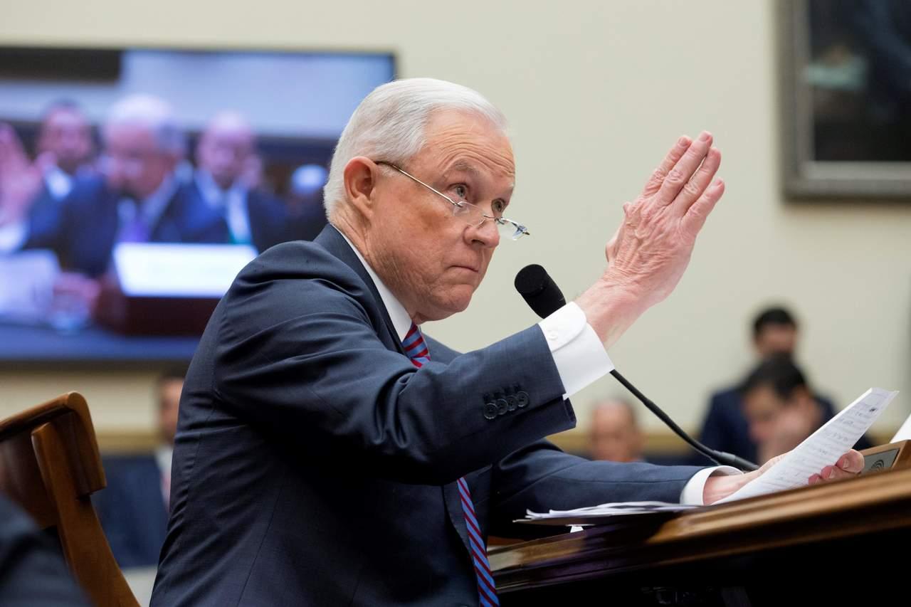 Promete Sessions decidir pronto sobre investigación a Clinton