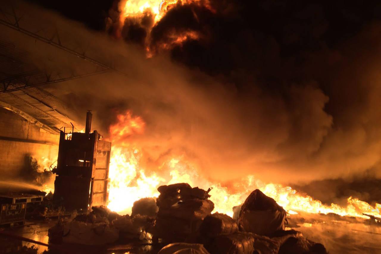 Incendio alcanza a 2 empresas en Gómez Palacio
