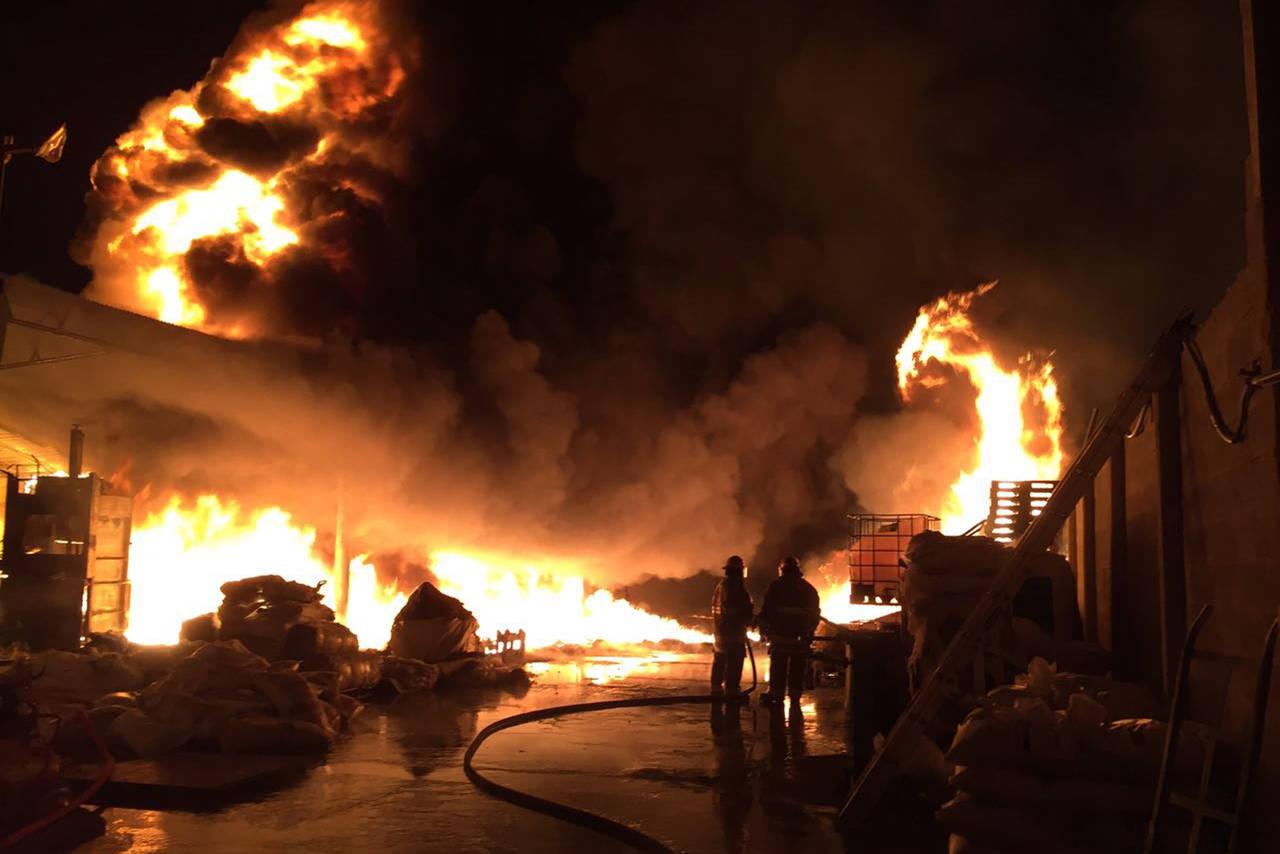 Dos empresas se incendian