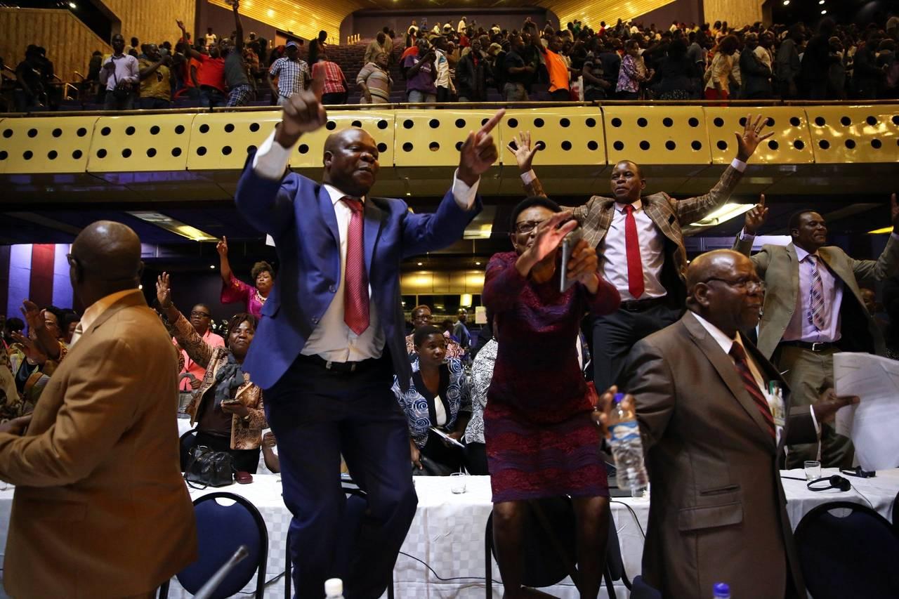 Mugabe dimite como presidente