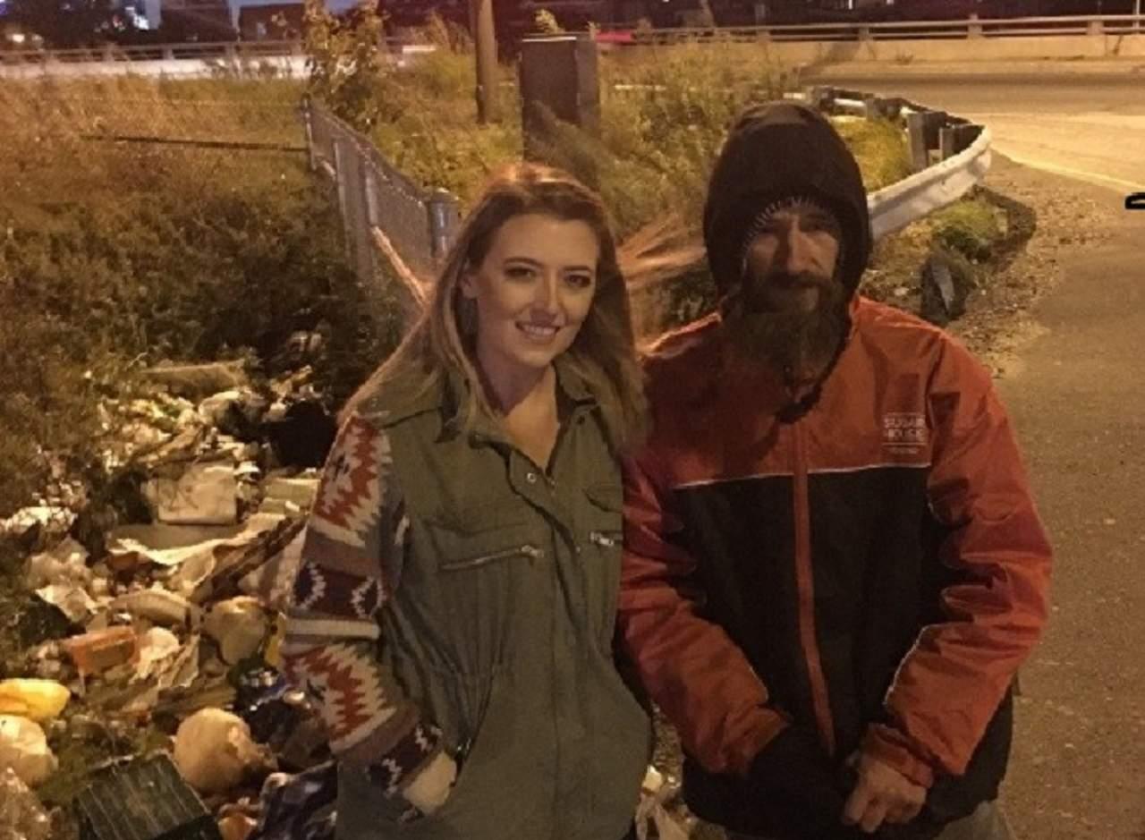 Indigente le da sus últimos 20 dólares a mujer que requería ayuda