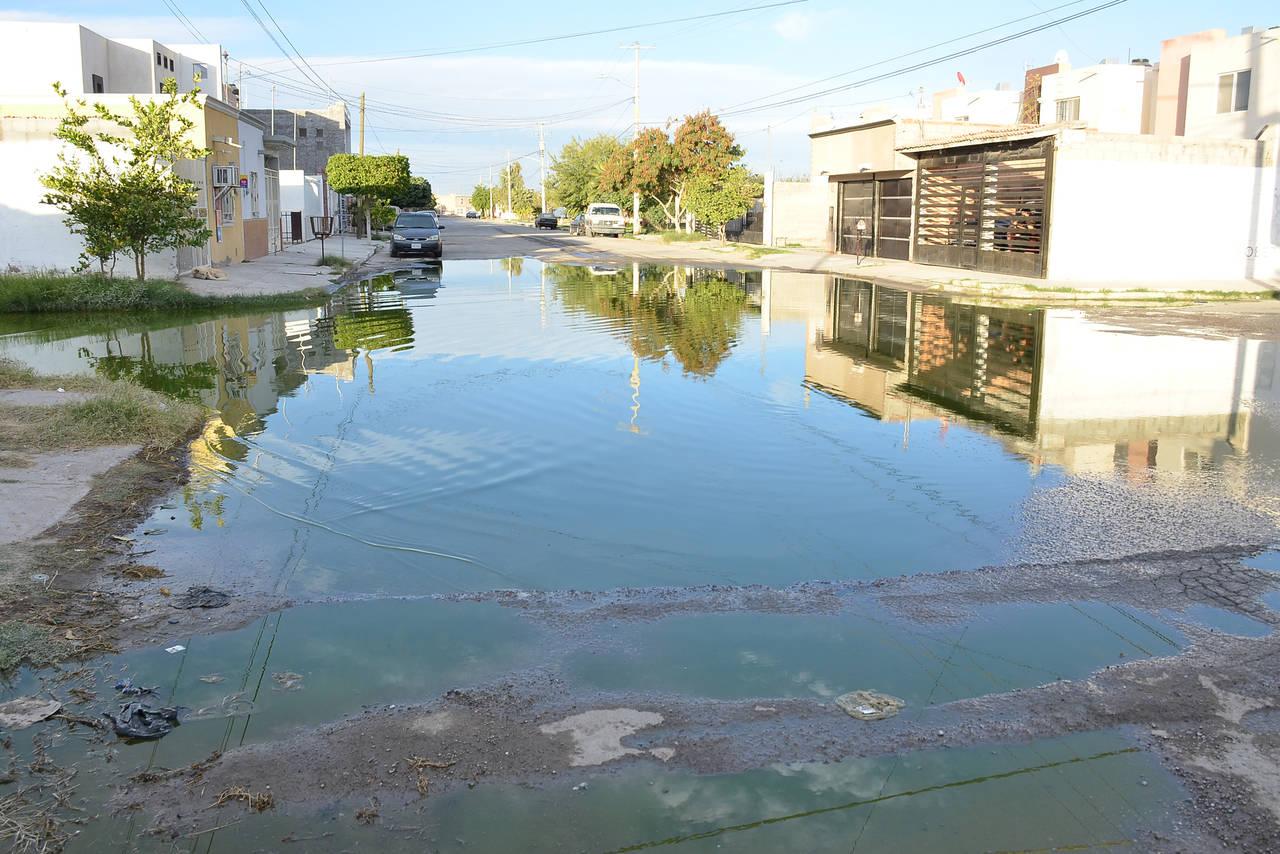 Inunda calle brote de drenaje