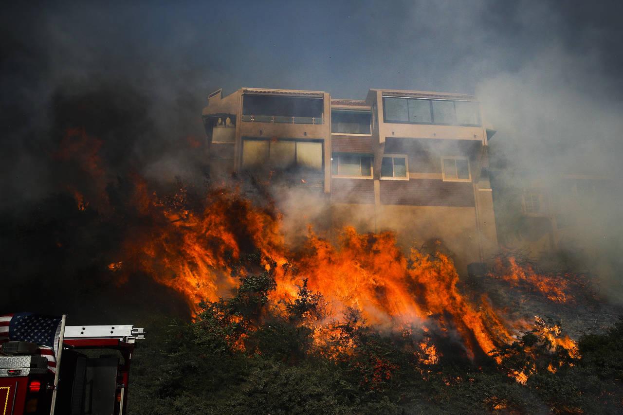 Miles de evacuados por potente incendio