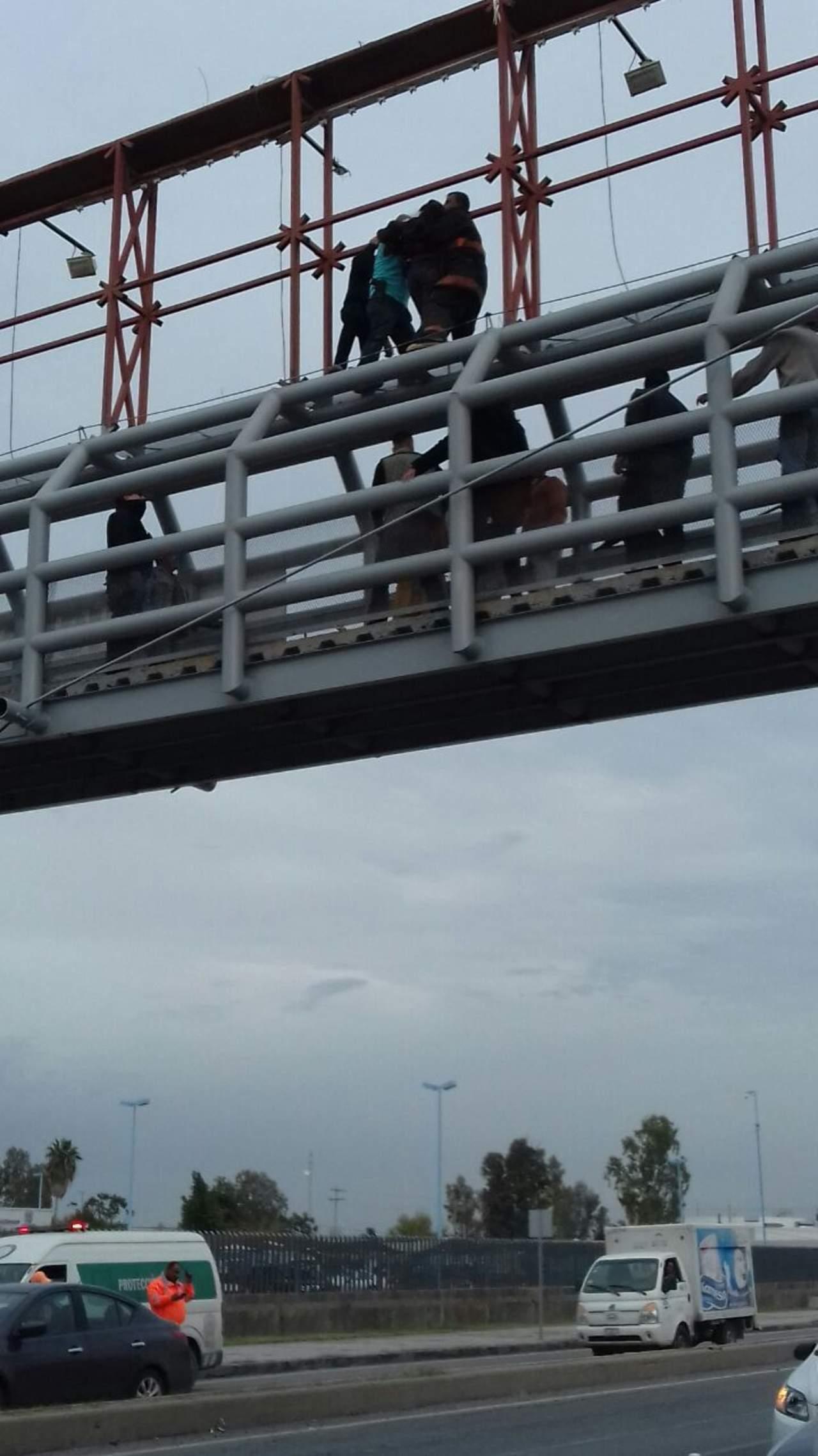 Menor intenta arrojarse de un puente peatonal