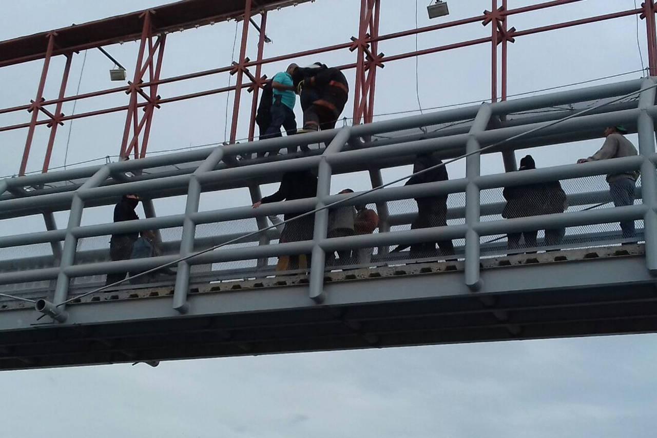 Intentó arrojarse de un puente peatonal